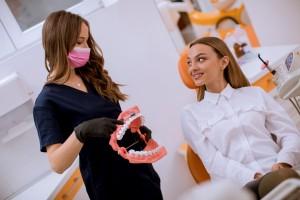 Dentista explicando a mujer salud oral