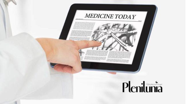 Doctor señalando en tableta digital