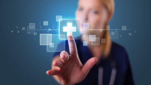 Joven enfermera pulsando tipo médico moderno de botones