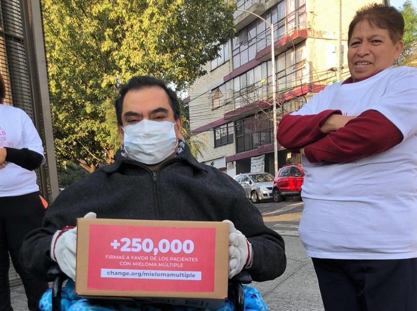 Entregaron ante la Comisión Nacional de Protección Social en Salud (CNPSS), más de 250 mil firmas de ciudadanos que solicitan garantizar la atención y tratamiento de los pacientes con mieloma múltiple en el recién aprobado Instituto de Salud para el Bienestar (INSABI)