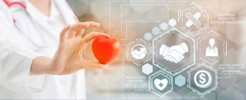 Médico con gráfica sanitaria de seguro médico