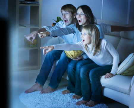Familia en casa viendo una serie de televisión