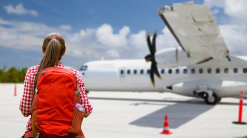 Turista a punto de abordar un avión y un cielo azul