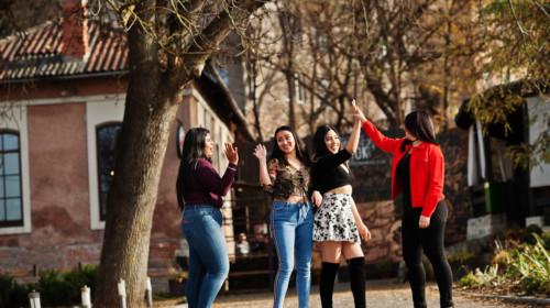 Grupo de amigas adolescentes caminando por la calle