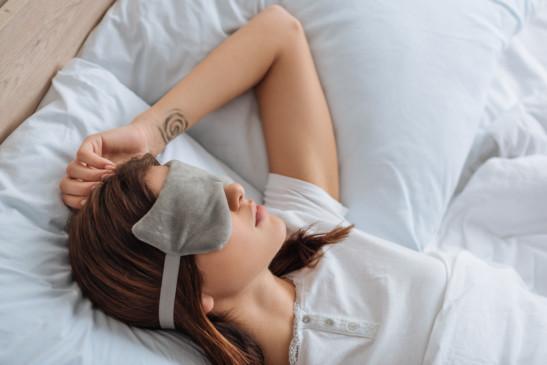 mujer dormida con antifaz nocturno