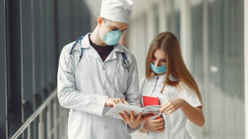 Dos médicos consultando literatura en un hospital