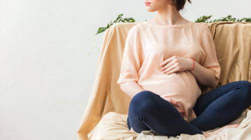 Mujer embarazada sentada en un sofá