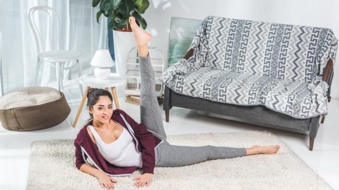 joven mujer haciendo ejercicio en la sala de su casa
