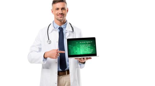 Doctor con tableta electrónica en las manos