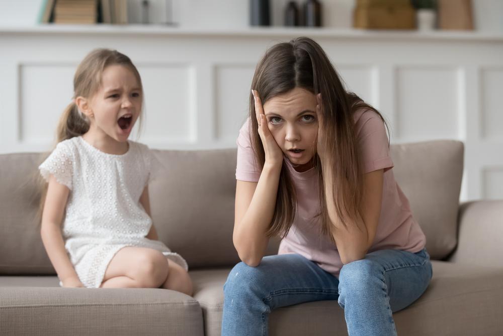 madre de familia estresada en casa con sus hija