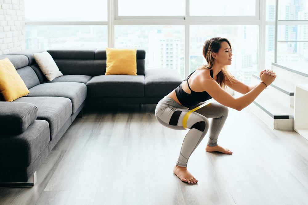 joven haciendo ejercicio en casa