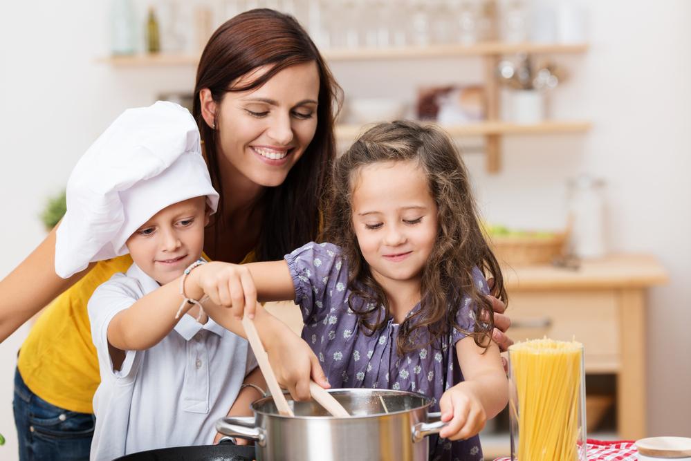 Mamá y sus hijos cocinando