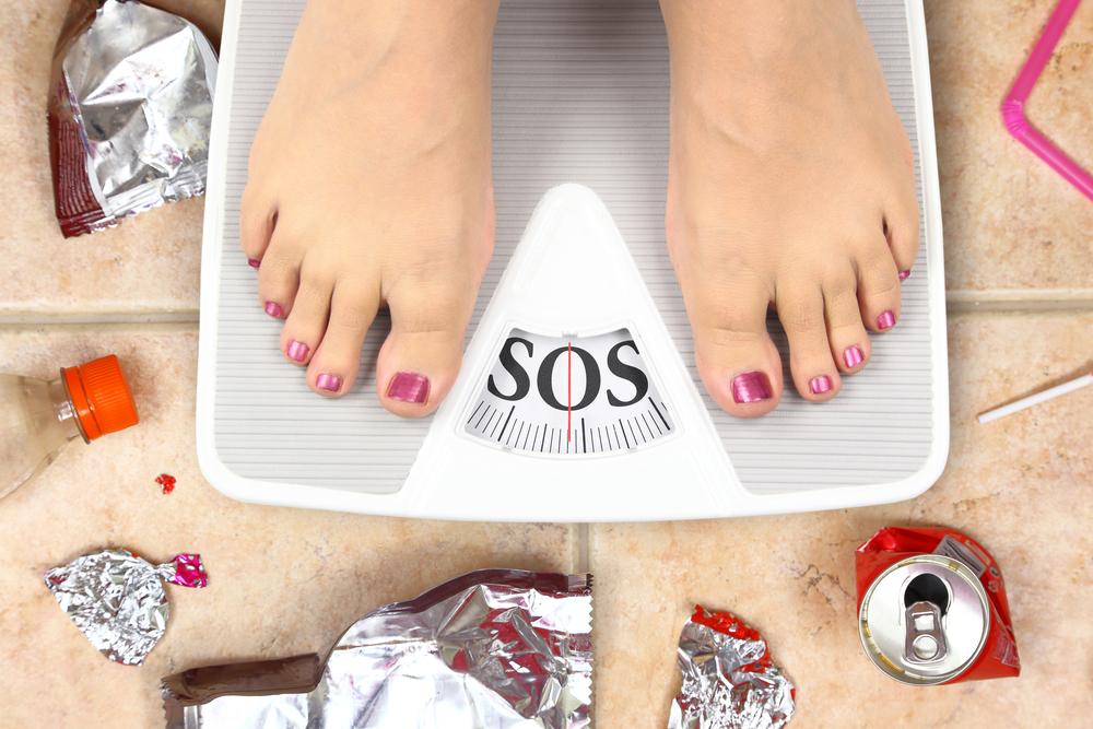 persona con obesidad en báscula