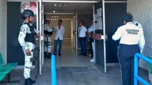 Oficiales al lado de un acceso hospitalario