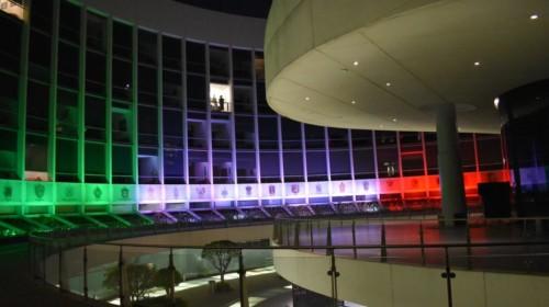 Senado de la República iluminadocon colores patrios (verde, blanco y rojo)