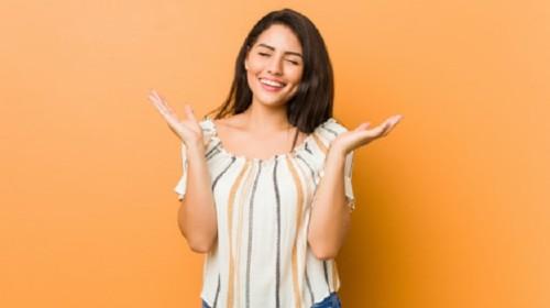 chica muy feliz y sonriente con emociones positivas