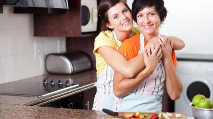 adolescente junto a su mamá en la cocina