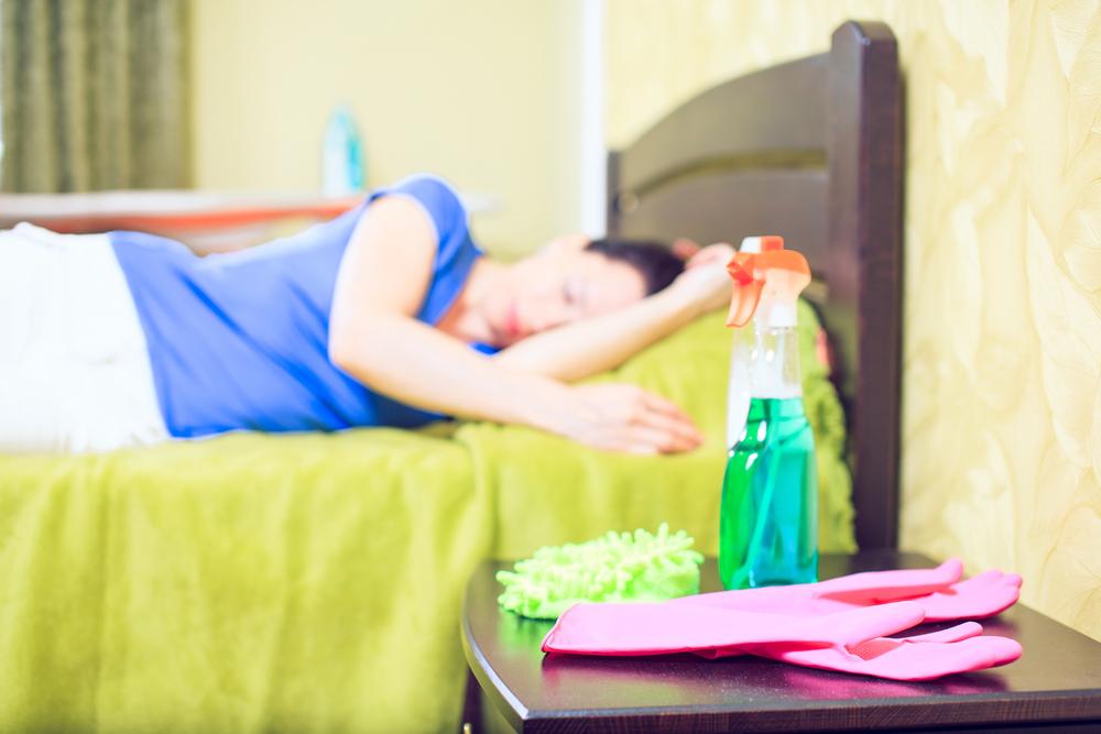 mujer acostada en cama cansada