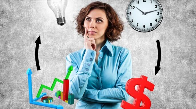 Joven empresaria con iconos de idea, tiempo, dinero y planificación