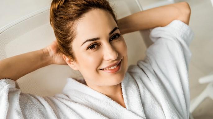 mujer sonriente en bata de baño