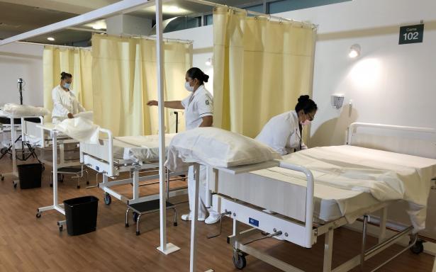 Enfermeras instalando camas
