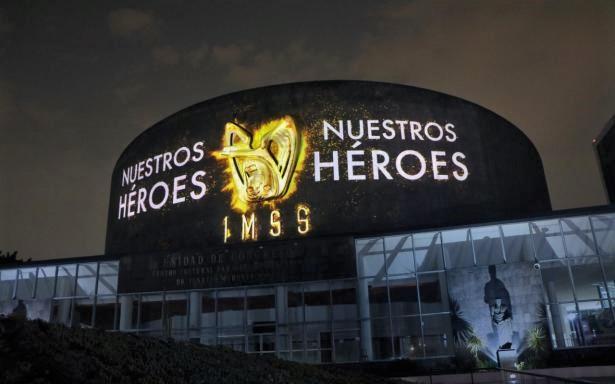 Fachada del Unidad de Congresos del CMN Siglo XXI con proyección del mural