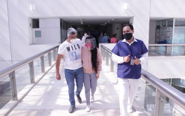 Paciente caminando hacia salida de hospital