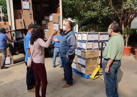 Camión con personas descargando cajas