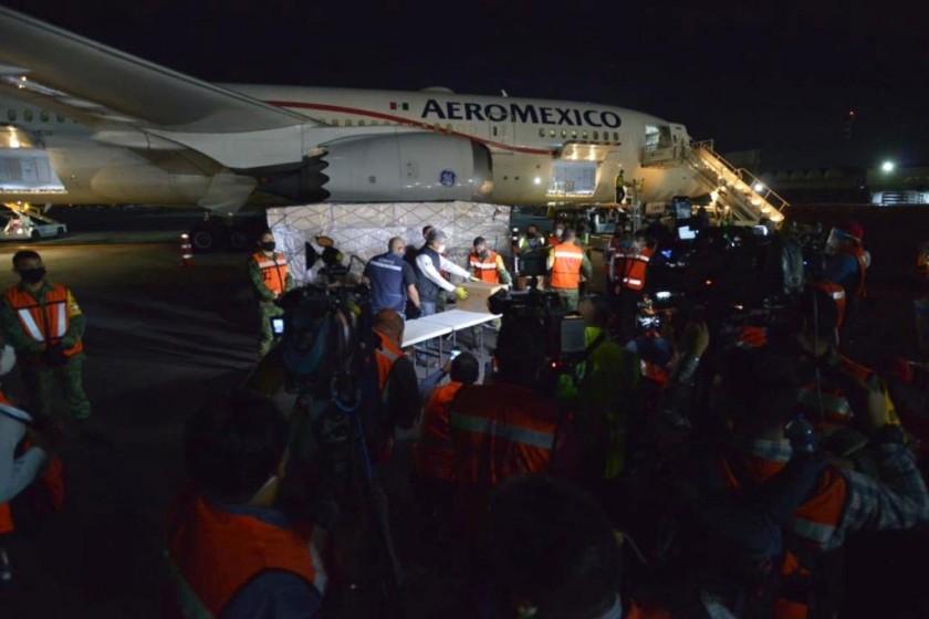 México recibe octavo vuelo con insumos para personal de salud pública