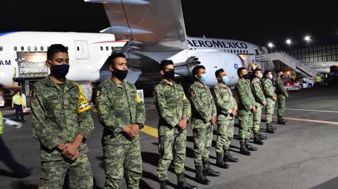 Avión con personal militar del puente aéreo México-China