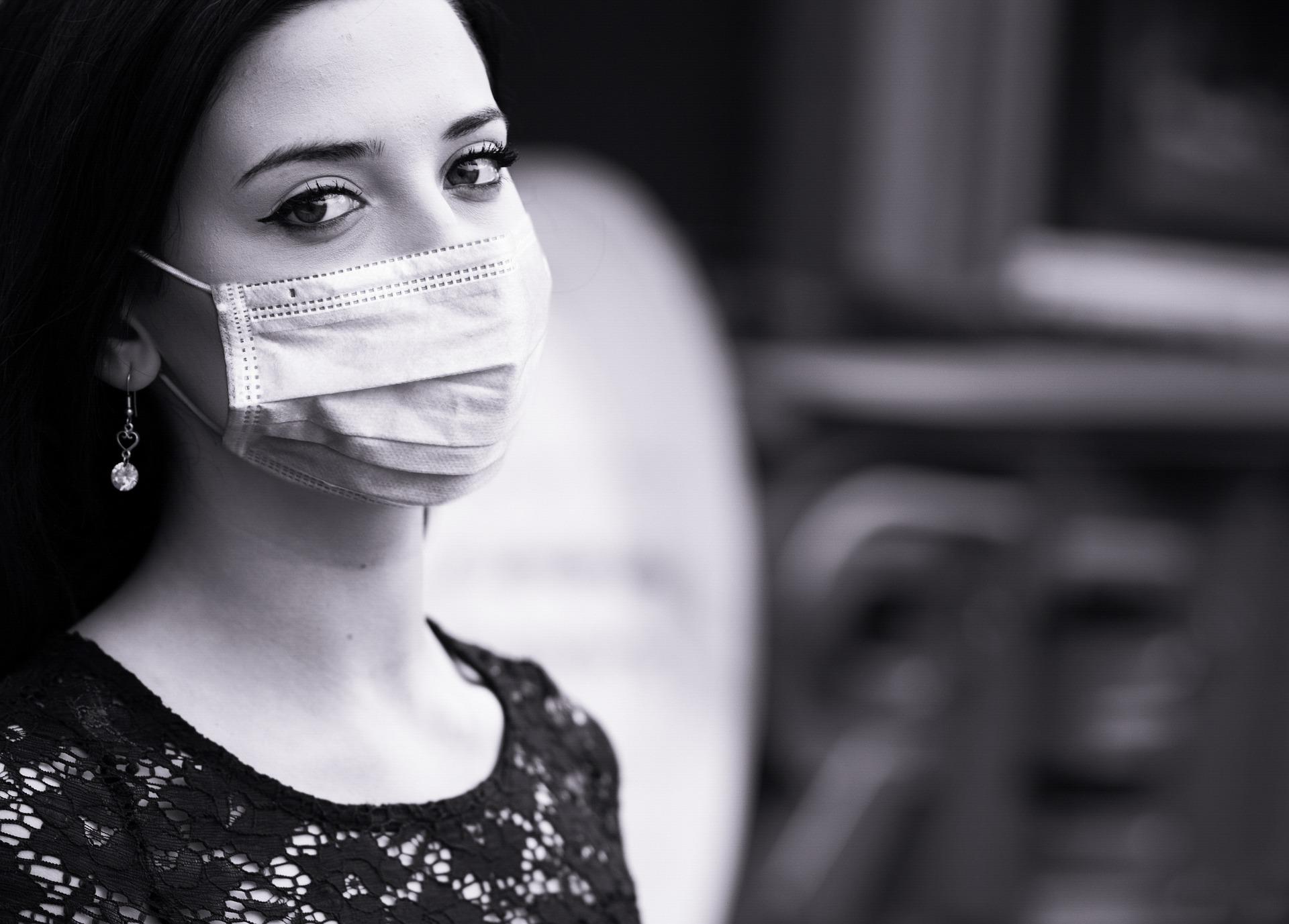 Mujer con cubrebocas.