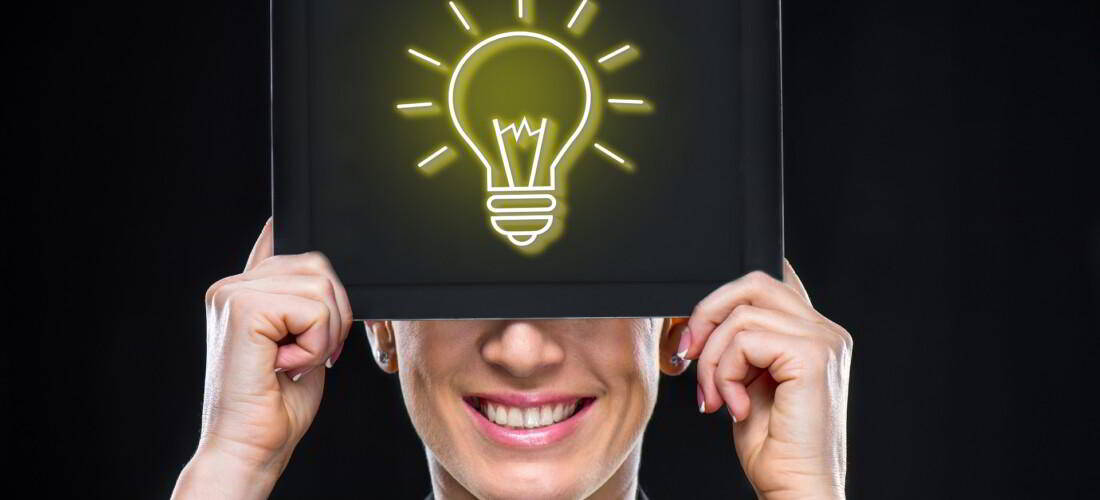 mujer de de negocios que tiene un ordenador portátil con signo de idea