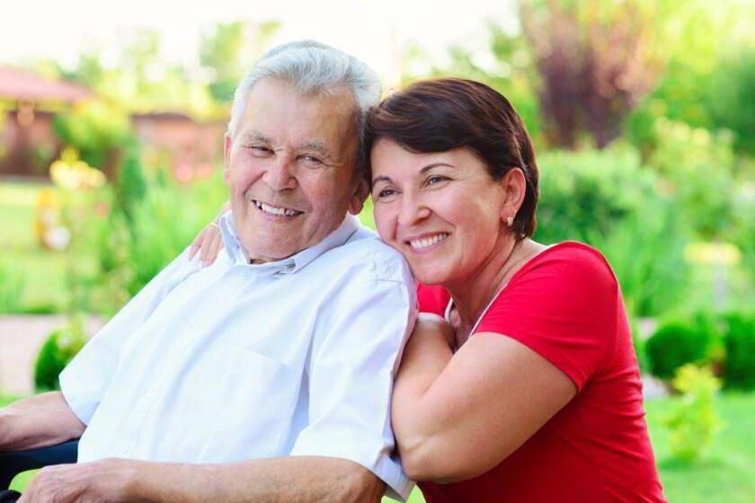 mujer mayor de 50 con su padre