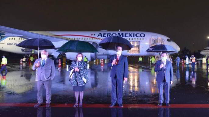 funcionarios al frente de un avión
