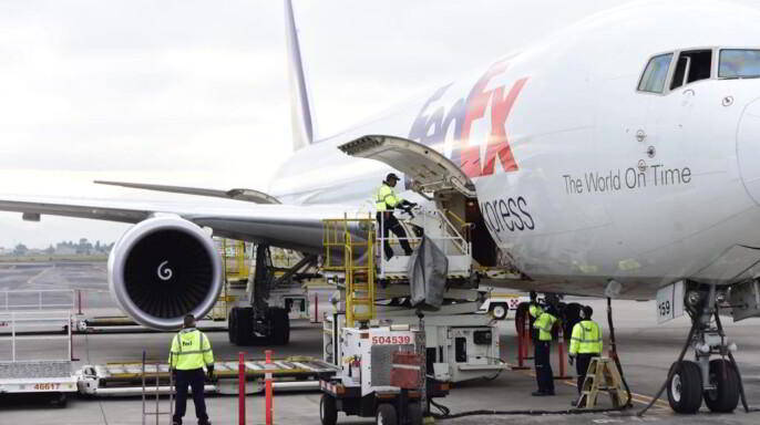 Descarga del equipo desde un avión