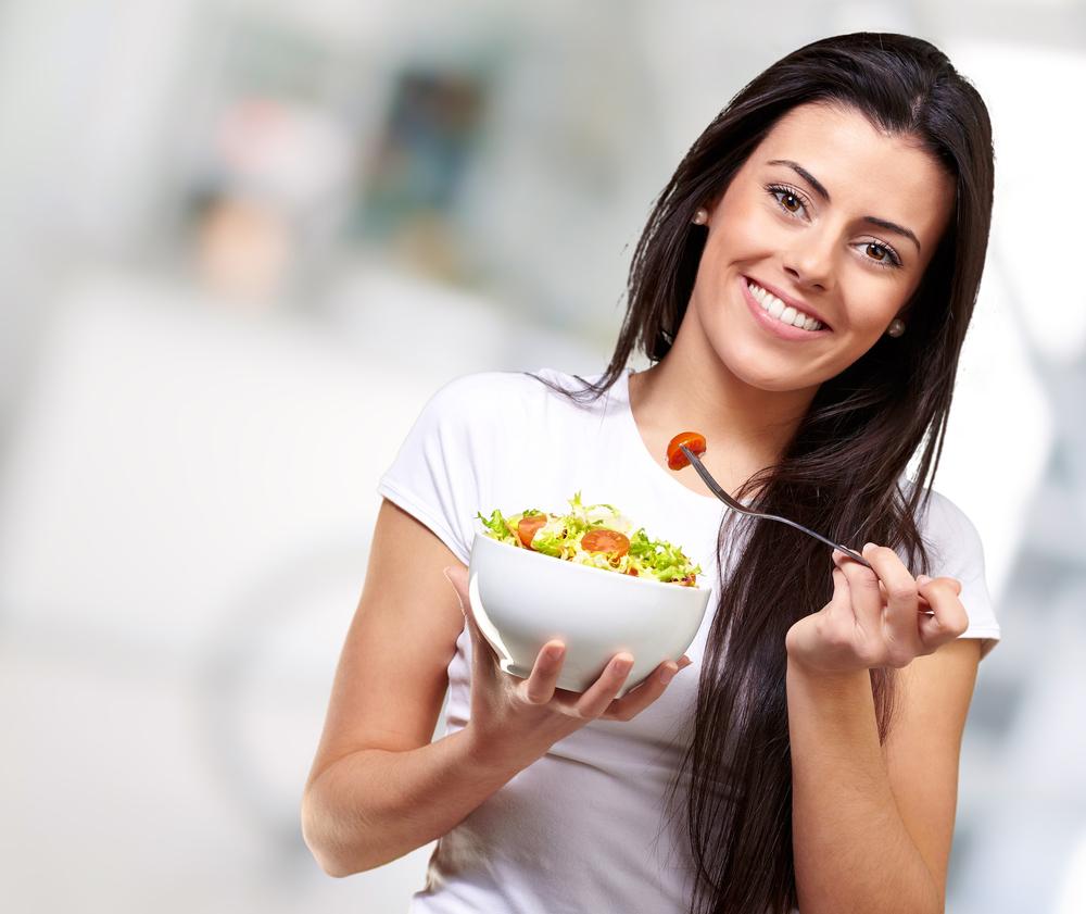 Joven comiendo saludable