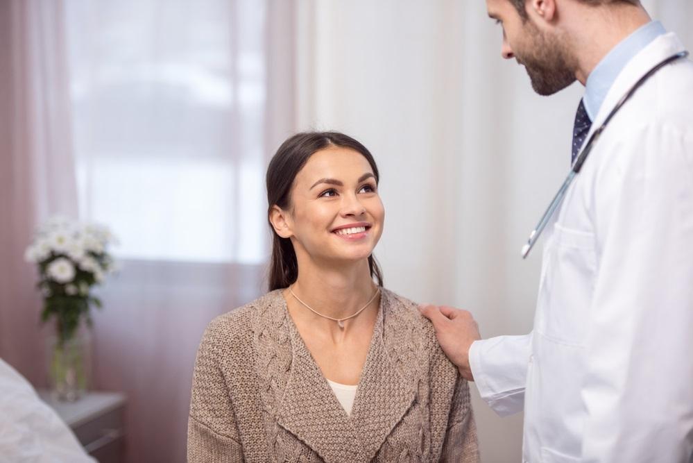 mujer en consulta médica doctor