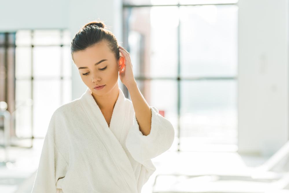 mujer con bata de baño