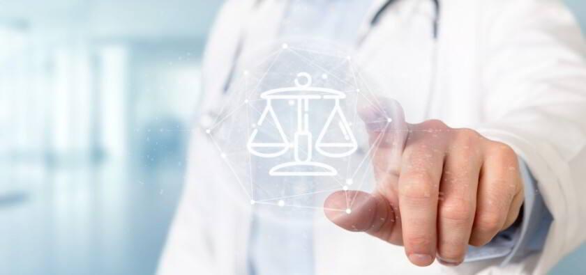 médico tocando un icono legal