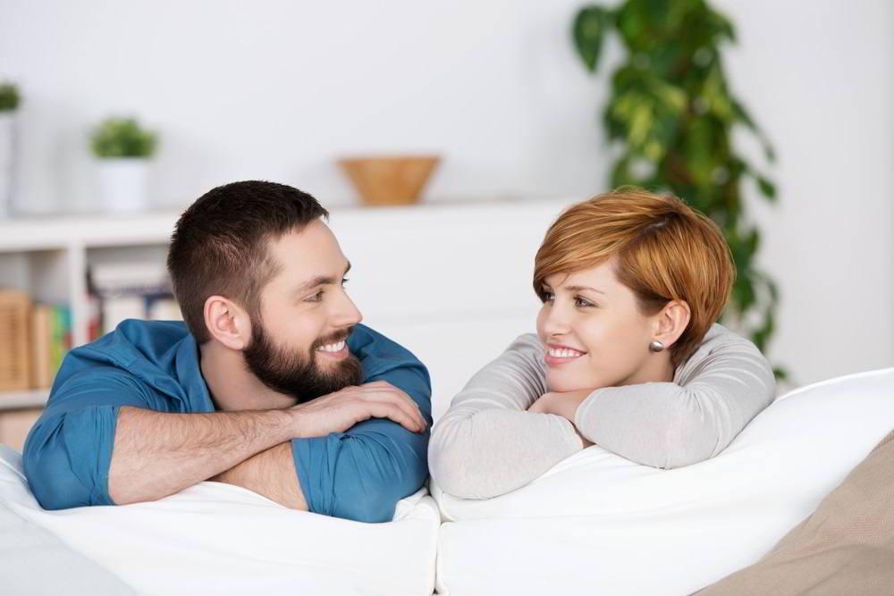 pareja sonriente