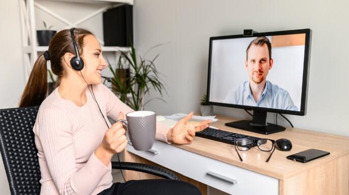 joven utiliza auriculares para hablar en videoconferencia