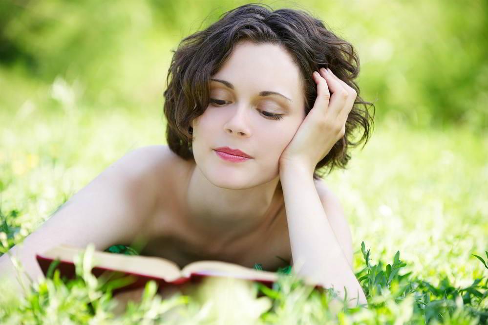 joven leyendo en la naturaleza