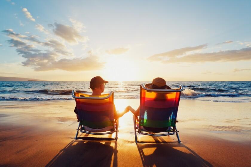 Feliz pareja romántica disfrutar de hermosa puesta de sol en la playa