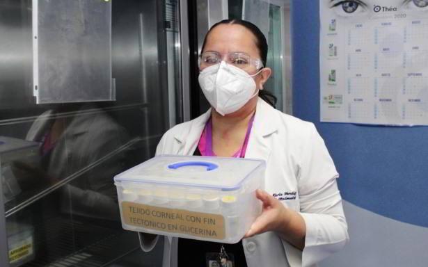 doctora sosteniendo contenedor