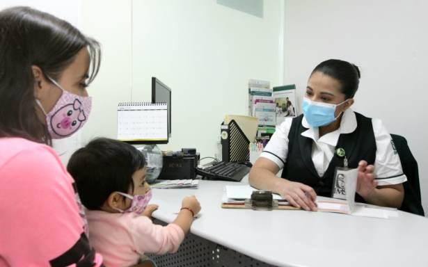 Enfermera con paciente y su madre