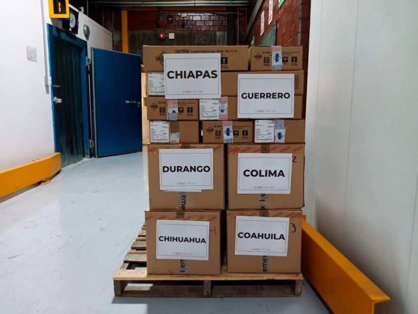 Cajas de medicamentos con etiquetas que muestran nombres de estados