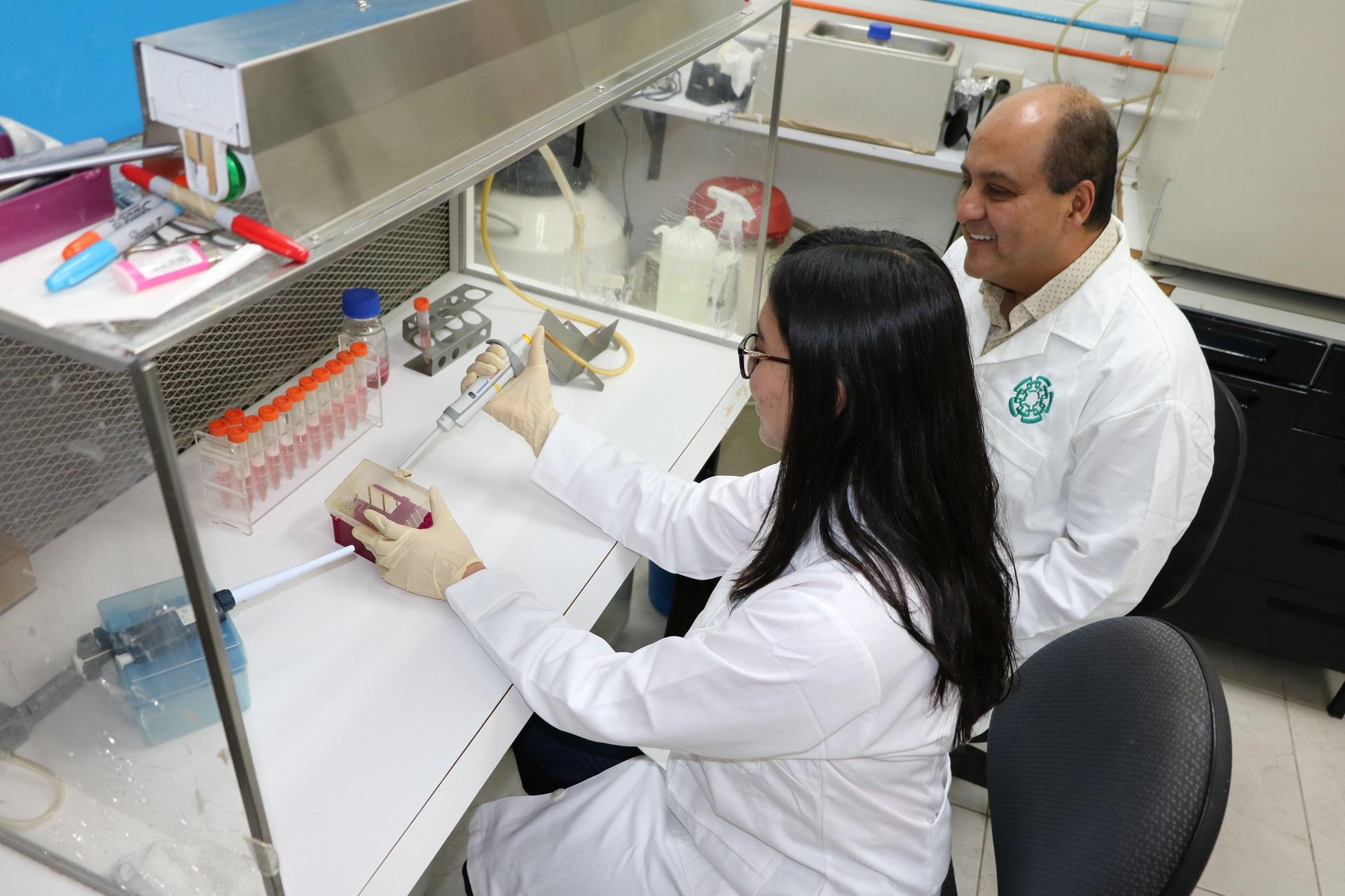 Dos investigadores en un laboratorio