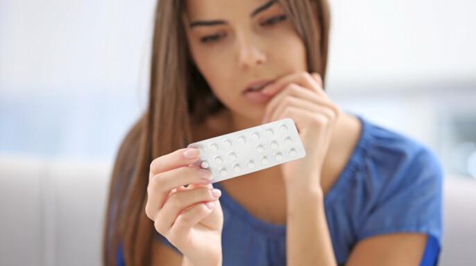 joven con pastillas anticonceptivas