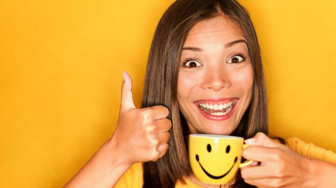 Joven con taza de café feliz