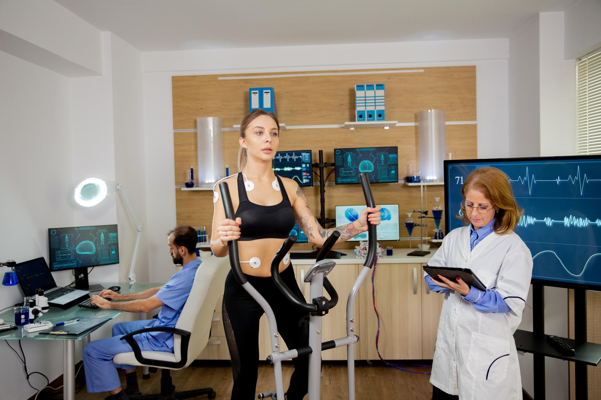 Atleta que realiza pruebas con electrodos.